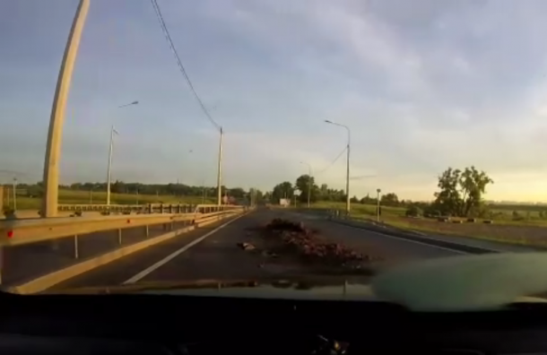 Грузовик опрокинул навоз наПетербургском шоссе