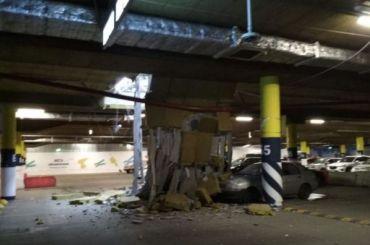 Напарковке «МЕГА Дыбенко» рухнул потолок