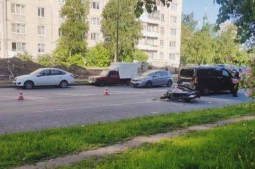 Мотоциклист без шлема пострадал ваварии наИскровском