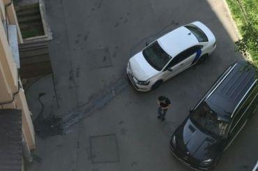 Каршеринговый автомобиль врезался встену дома наМосковском