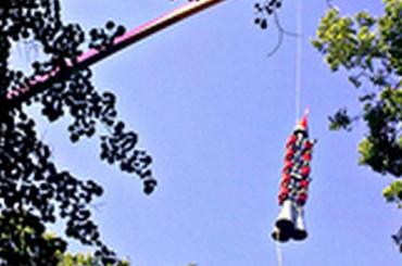 Зависших навысоте людей сняли скаруселей «Диво Острова»