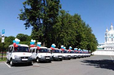 Многодетным семьям Петербурга подарили микроавтобусы