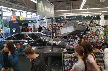 Водитель Audi въехал ввитрину супермаркета «Перекресток» вПушкине