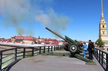 Пушка Петропавловской крепости выстрелила вчесть выпускников