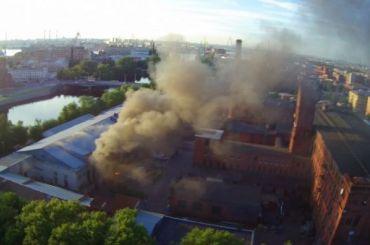 Сильный пожар объял петербургский завод «Советская звезда»