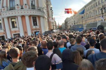 Тысячи зрителей заполонили Невский в ожидании «Алых парусов»