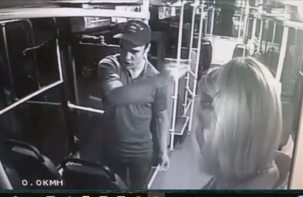 Мужчина ударил женщину-кондуктора втроллейбусе