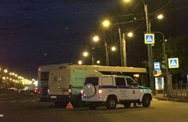 Инкассаторская машина столкнулась савтобусом наПражской улице