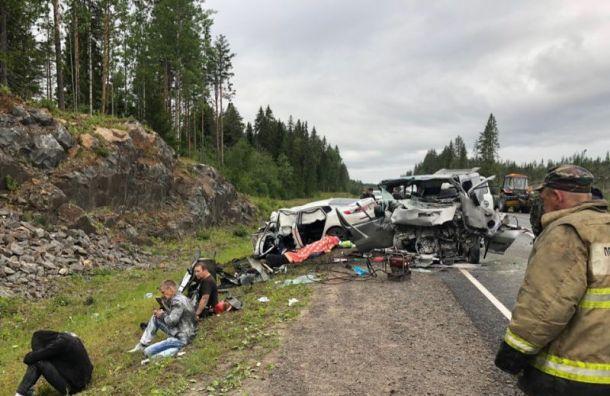 Двое погибли при столкновении легковушки смикроавтобусом