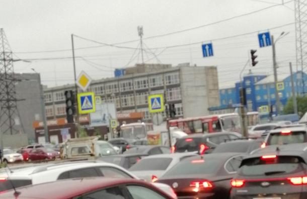Из-за сломанного светофора науглу Индустриального иРеволюции возникла пробка