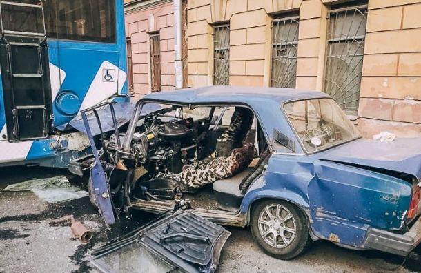 Двое погибли ваварии строллейбусом наМинеральной улице