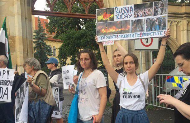 Россияне устроили митинг упосольства страны вПраге