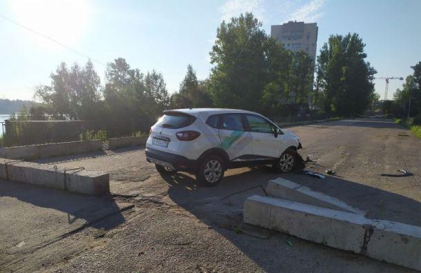 Каршеринговый автомобиль «забодал» мост вРыбацком