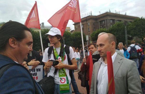 Петербуржцы собираются для митинга наплощади Ленина