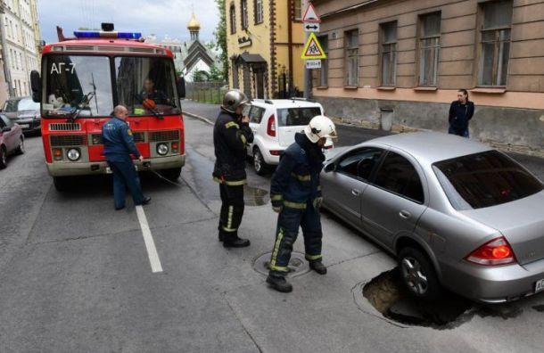 Nissan провалился под асфальт наХарьковской улице