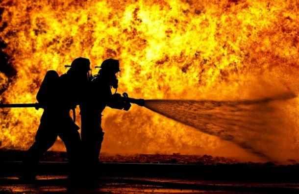 Три человека погибли взагоревшемся деревянном доме наБратской