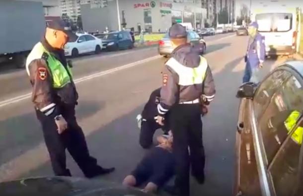 Пассажира иномарки скрутили наасфальте при задержании вНевском районе