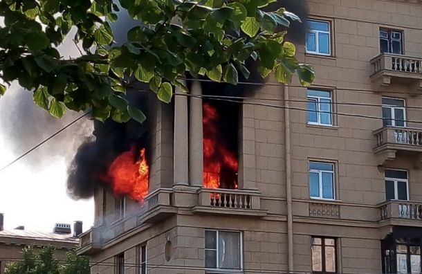Пожарные эвакуируют людей изгорящего дома наСтачек