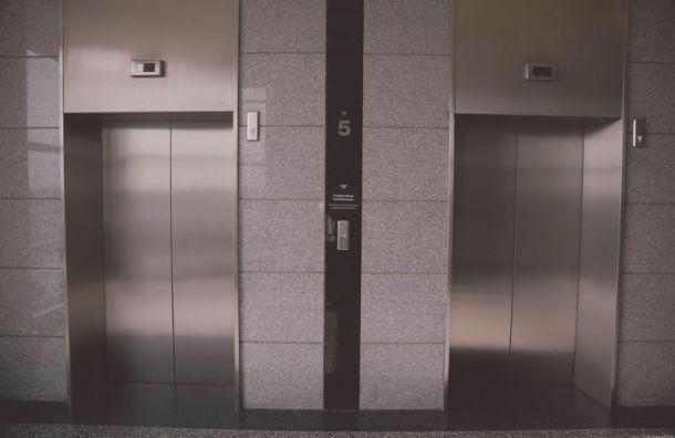ВКупчине лифт стремя пассажирами упал сдевятого этажа напервый