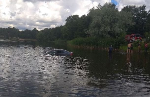 Петербурженка едва неутопила возере иномарку