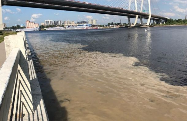 Река Мурзинка стала пятнисто-мутного цвета