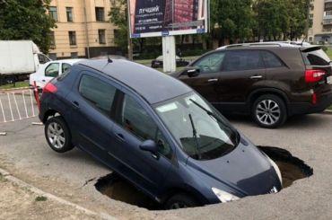 Иномарка провалилась «под землю» наВаршавской улице