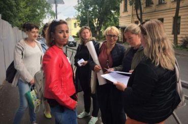 Жители Пушкина вышли спикетами наулицу из-за школы