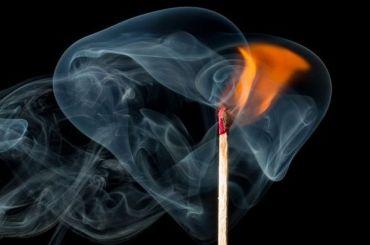 Мужчина обгорел при пожаре впетербургской коммуналке