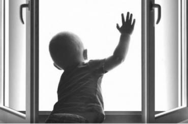 Маленькая девочка выжила после падения с5-го этажа вЛенобласти