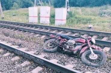 Школьник намотоцикле столкнулся сэлектричкой вЛенобласти