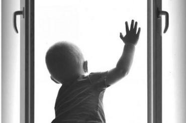 Маленький ребенок выпал с5-го этажа дома наВасильевском острове