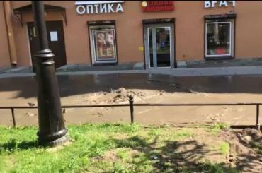 Пешеходную зону наВасильевском затопило грязью