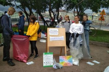Петербуржцы сдают мусор впунктах «РазДельного сбора»