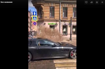 Вода излопнувшей трубы наВосстания едва незалила Ferrari