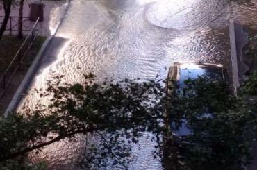 НаИндустриальном затопило двор из-за прорыва трубы