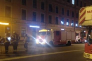 Накрыше торгового центра вПетербурге произошел пожар