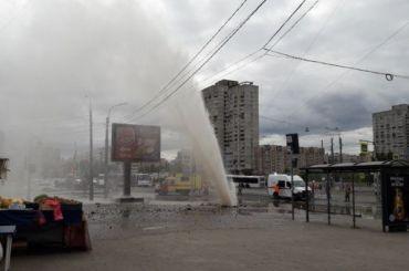 Ремонт непомог: устанции метро «Приморская» вновь забил фонтан