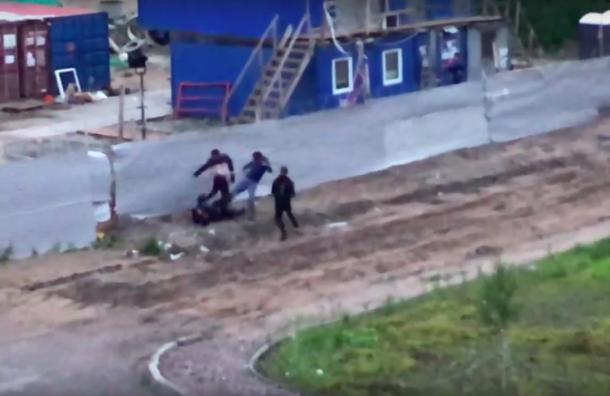 Трое мужчин избили четвертого устройки наМаршала Казакова