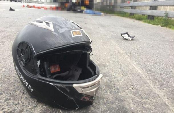 Байкер скончался после столкновения сгрузовиком наКАД