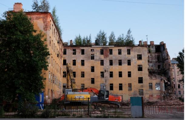 Рабочие снесли часть дома Кутикова вцентре Петербурга