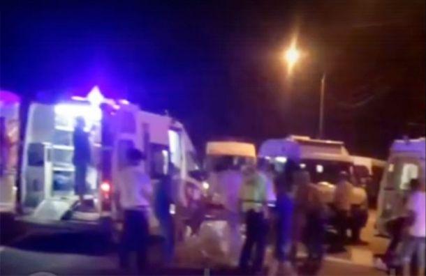 Под Новороссийском автобус сдетьми упал вобрыв