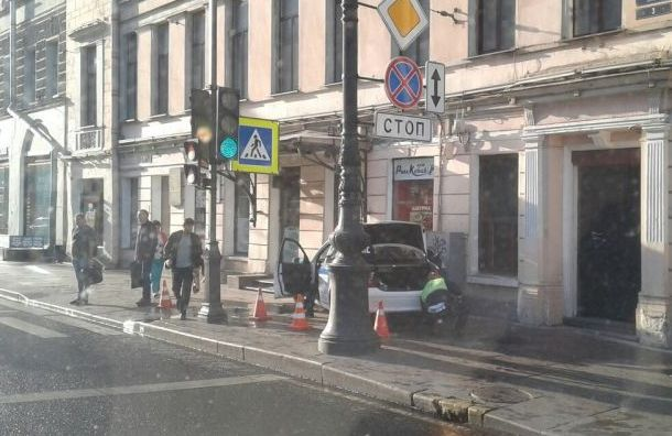 Полицейский Mercedes врезался встену при повороте наНевский