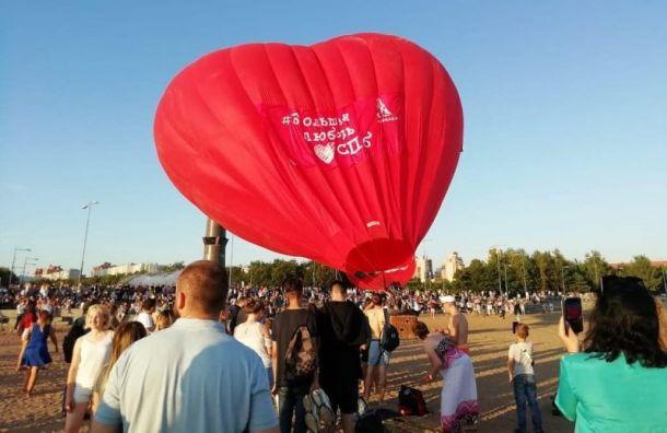Воздушный шар ввиде гигантского сердца пролетел над парком 300-летия