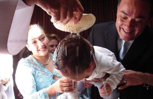 Священник изГатчины ответил напретензии о«жестком крещении»