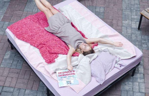 Большую «нежную» кровать установили вцентре Петербурга
