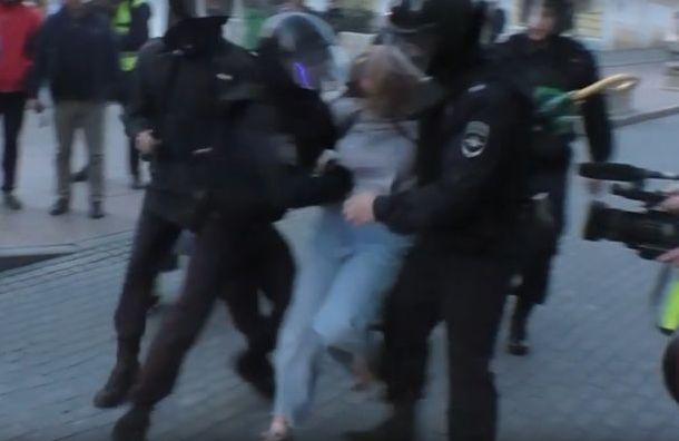 Полиция Москвы обещает найти сотрудника, ударившего девушку намитинге