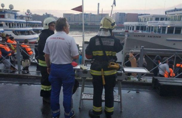 Стали известны возможные причины пожара натеплоходе вПетербурге