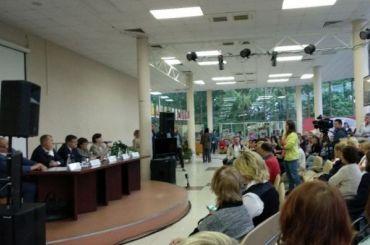 Глава комстроя встретился сродителями учеников гимназии №406