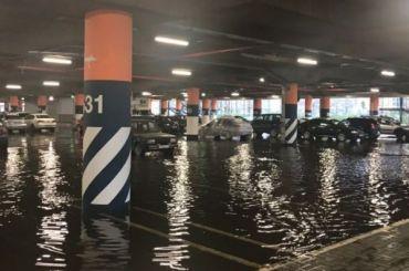 Парковка «Меги Дыбенко» ушла под воду