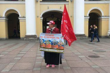 Женщина пикетирует уГостиного Двора вподдержку Росгвардии